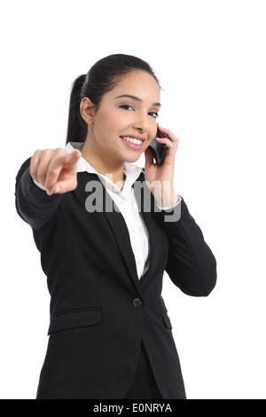Arab Business-Frau am Telefon zeigte auf Kamera isoliert auf weißem Hintergrund - Stockfoto