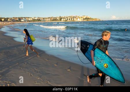 Sydney Australien NSW New South Wales Bondi Beach Pazifik Surf Wellen sand öffentlichen North Bondi Felsen Asiatin - Stockfoto