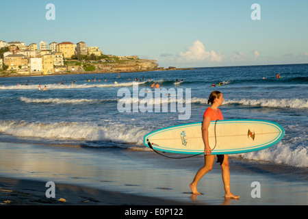 Sydney Australien NSW New South Wales Bondi Beach Pazifik Surf Wellen Sand öffentlichen North Bondi Felsen Surfer - Stockfoto
