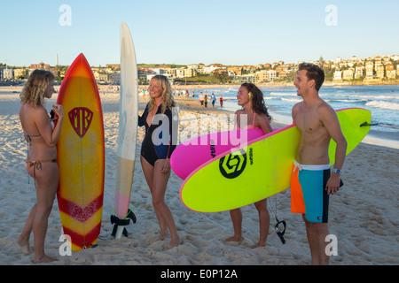 Sydney Australien NSW New South Wales Bondi Beach Pazifik Surf Wellen Sand öffentlichen North Bondi Surfer Surfer - Stockfoto