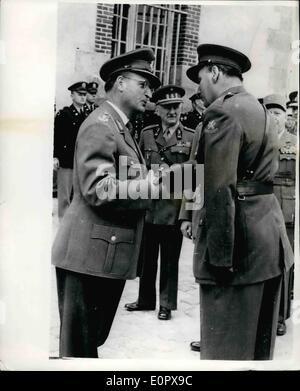4. April 1957 - General Speidell übernimmt; Deutschlands Lieut, General Hans Speidel, übernahm gestern das Kommando - Stockfoto