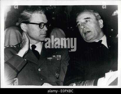 4. April 1957 - Eröffnung der Befehl Execise in Form. General Norstad und Earl Mountbatten. Hoto Shows: General - Stockfoto