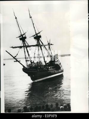 """4. April 1957 - '' Mayflower II'' - geht fast """"West"""" zu früh... Der '' Mayflower II'' - der Nachbau der Pilgerväter - Stockfoto"""
