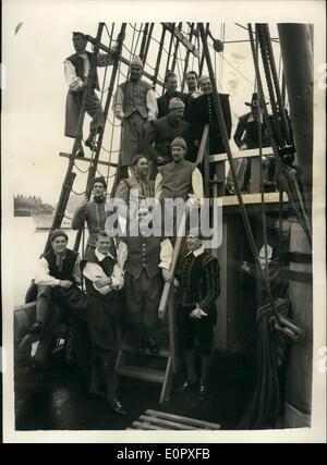 4. April 1957 - Blätter Mayflower II auf Atlantic Voyage. '' Mayflower II'' - links Nachbau des Schiffes verwendet - Stockfoto