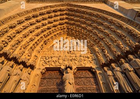 Detailansicht einer Tür Westfassade, die Kathedrale Notre Dame, Ile De La Cite, 4. Arrondissement, Paris, Frankreich - Stockfoto