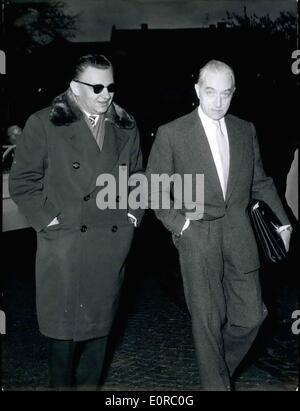 12. Dezember 1958 - Dr. Wohlgemuth auf dem Weg zum Gericht: der Prozess gegen die West-Berliner Ärztin Dr. Wolfgang - Stockfoto