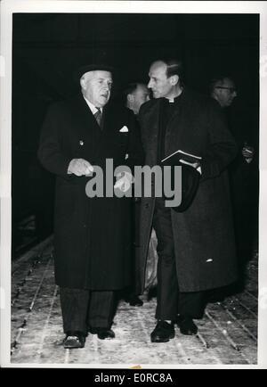 12. Dezember 1958 - The Nobel Peace Prize: Vater Pire, Belgium, der edlen Frieden Gewinner des Jahres 1958, Oestbanestation, - Stockfoto