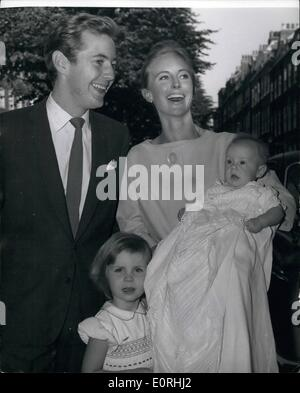 Sept. 09, 1959 - Noel Harrison Tochter getauft: Noel Harrison, 24-jährige Gitarrenspiel Sohn des Schauspielers Rex - Stockfoto