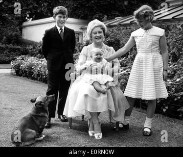 Die Königin-Mutter mit ihren Enkeln - Stockfoto