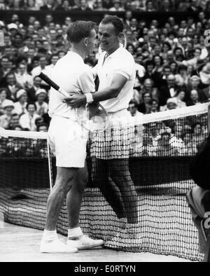 Tennis pro Neale Fraser Gegner beim Spiel grüßt - Stockfoto