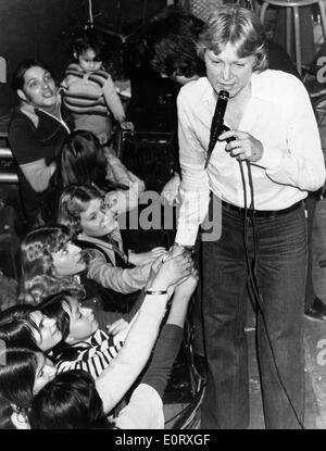 Sängerin Claude Francois singt in Konzert - Stockfoto