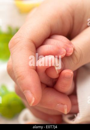 Babyhand Umfasst deutsche - baby halten Mutter finger - Stockfoto