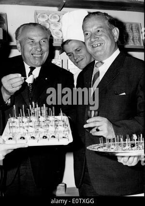 Ministerpräsident Alfons Goppel auf einer Cocktailparty - Stockfoto