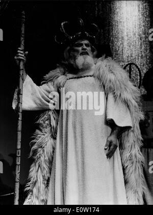 Schauspieler Jean Marais im Kostüm als Alter Mann - Stockfoto