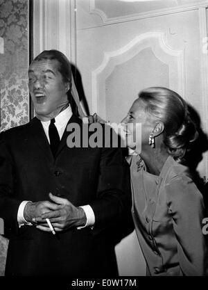 Eine Frau hält einen Strumpf über Jean Marais Gesicht - Stockfoto