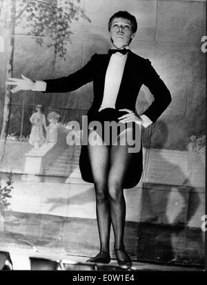 Schauspielerin Virna Lisi gekleidet wie ein Mann in einer Inszenierung - Stockfoto
