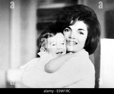 Porträt von Jacqueline Kennedy mit Sohn John F. Kennedy Jr. - Stockfoto