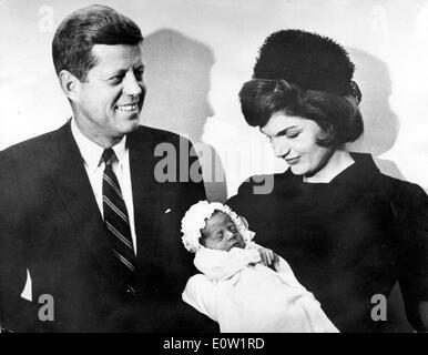 Präsident Kennedy und Jackie nach Sohnes Taufe - Stockfoto