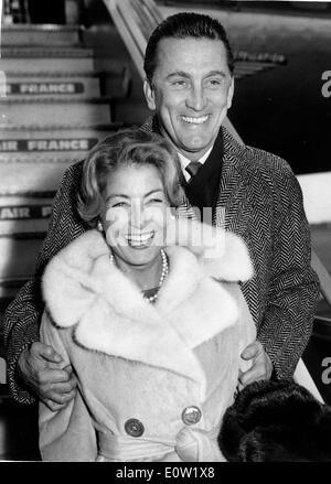 Schauspieler Kirk Douglas und Frau Annie kommen in London - Stockfoto