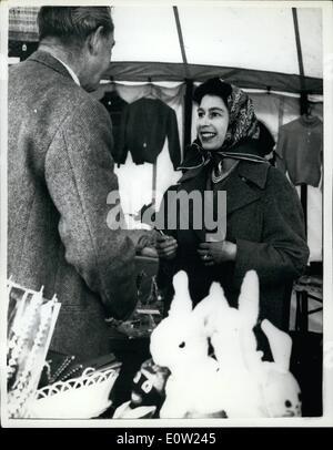 2. Februar 1961 - Königin geht an ihrem Geburtstag - am Badminton einkaufen: die Königin, die heute ihren 35. Geburtstag unter die Spielzeuge und Kleidungsstücke gesehen feiert, als sie besuchten die Stände und Handel Zelte im Badminton, Gloucestershire, wo mit dem Herzog von Edinburgh, der Prince Of Wales und anderen Mitgliedern der königlichen Familie sie die British Horse Society dreitägigen Horse Trials besucht, H.M. Sie machte einige gekauft. Stockfoto