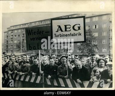 8. August 1961 - West-Berliner halten Stille Demonstration gegen Anhalten von Flüchtlingen von Ost nach West: Tausende - Stockfoto