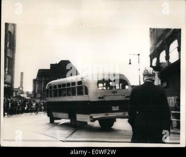 8. August 1962 - russische BUS gehalten 11 Stunden im britischen Sektor: eine russische Bus brachte neuen sowjetischen - Stockfoto