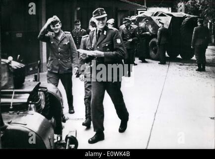 6. Juni 1963 - ostdeutschen Soldaten fliehen nach Westen in gepanzerten Patrouille Auto: drei Soldaten der kommunistischen - Stockfoto