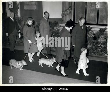 12. Dezember 1963 - königliche Familie geht auf Sandringham: The Queen, Prinz Philip, Prinzessin Anne, Prinz Andrew - Stockfoto