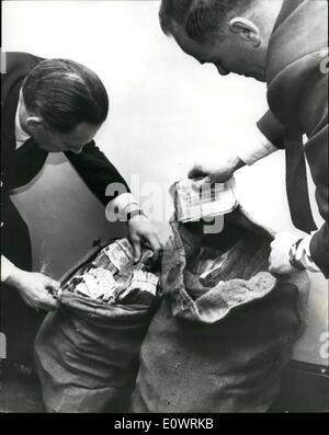 12. Dezember 1963 - Train Robbery Geld gefunden In London: Zwei schmutzige Kartoffel enthält über 0,000 in und Noten gestohlen der Grest Eisenbahnraub im August letzten Jahres, fanden sich in der Telefonzelle im Süden von London nach einem Telefonanruf bei Scotland Yard. Foto zeigt zwei Detektive überprüfen die vielen in Schottland Yrad. (Links nach rechts) Detective Chief Inspector yd Bradbury und det Nickerchen Frank Williams.