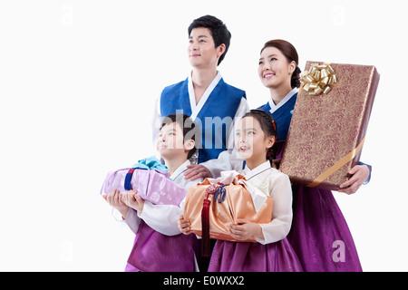 eine Familie, die in traditionellen koreanischen outfits - Stockfoto