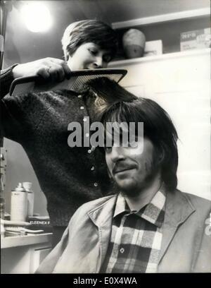 4. April 1965 - Michael Chaplin hat eine Probeaufnahme, Friseur bekommt, zu arbeiten. Achtzehn Jahre Alter Michael - Stockfoto