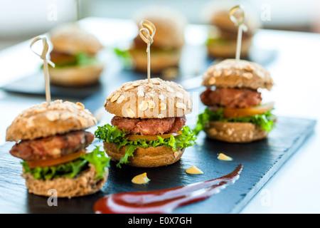 Makro Nahaufnahme von mehreren Mini Hamburger für catering-Service. - Stockfoto