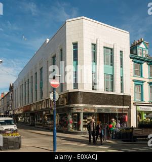 Der neu renovierte weiße Marmor verkleideten Art-Deco-Stil ehemaliger Burton Store im Zentrum von Aberystwyth Wales - Stockfoto