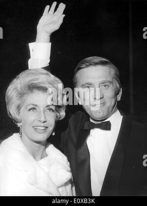 Schauspieler Kirk Douglas in Cannes mit Ehefrau Anne - Stockfoto