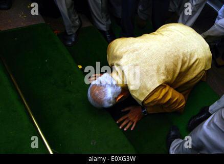 Neu-Delhi. 20. Mai 2014. Indiens Premierminister benennen Narendra Modi Kurven nach unten auf den Knien auf den - Stockfoto