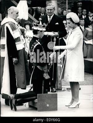 3. März 1969 - HM Königin Elizabeth II H.R.M. Prinz Charles den Stab während der Zeremonie in Caernarvon ihren Nachmittag