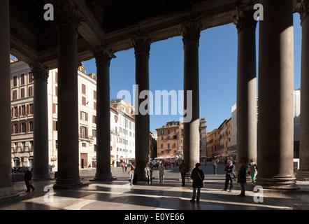 Blick vom Pantheon entfernt, durch die Säulen, auf die Piazza della Rotonda, Rom Italien Europa - Stockfoto