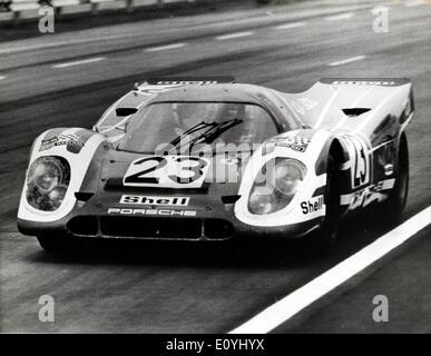 15. Juni 1970; Le Mans, Frankreich; Ein britischer Fahrer, DICKIE ATTWOOD, Sohn von Wolverhampton Garage Inhaber, - Stockfoto