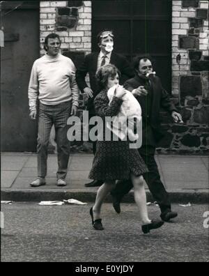 7. Juli 1970 - fünf Tote bei letzte Nacht Unruhen in Belfast: The Army verhängte eine Ausgangssperre nach gestern - Stockfoto