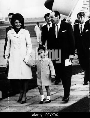 Baron Harlech begrüßt Jackie Kennedy und John Jr. - Stockfoto