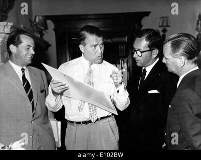 Wernher von Braun mit Lee Thompson (R) und Paul Berthel (L)