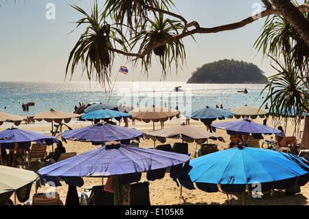 Sonnenschirme am Kata Beach, Phuket, Thailand - Stockfoto