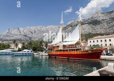 Marina mit einem Segelschiff und Motorboote in Makarska, Kroatien - Stockfoto