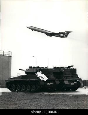 1. Januar 1974 - Heathrow Flughafen umringt von Panzer und Truppen: Londoner Flughafen Heathrow war umringt von - Stockfoto