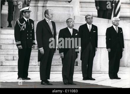 11. November 1974 - Japan Präsident Ford Besuche. Präsident Gerald Ford und Kaiser Hirohito von Japan stehen stramm - Stockfoto