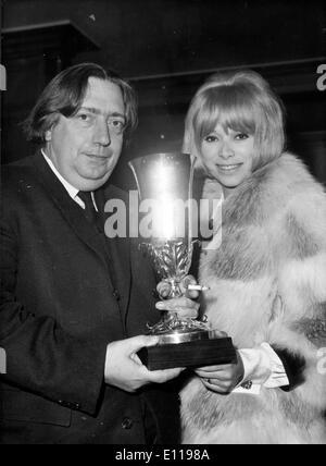 Schauspielerin Mireille Darc präsentiert Henri Langlois award - Stockfoto