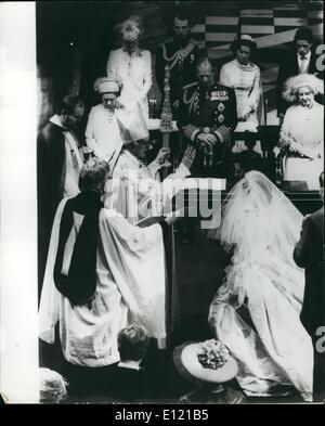 7. Juli 1981 - königliche Hochzeit heute Prinz Charles und Lady Diana Spencer heirateten in St. Pauls Kathedrale Foto zeigt der Erzbischof von Canterbury segnet Prinz Charles und Lady Diana während der Zeremonie Stockfoto