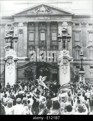 7. Juli 1981 - Massen grüßen The Royal Hochzeitspaar: Tausende von Menschen empfangen die Prince Of Wales und seine Braut, wenn sie heute Nachmittag auf dem Balkon mit anderen Mitgliedern der königlichen Familie erschienen. Stockfoto