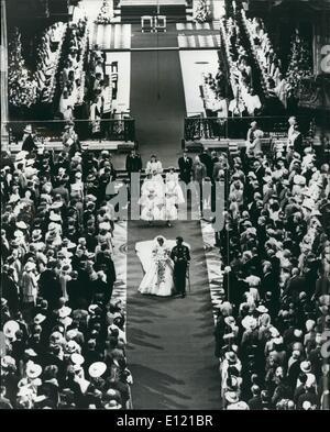 7. Juli 1981 - The Royal Wedding: Der Prinz und Prinzessin von Wales gesehen zu Fuß Gang hinunter nach der Trauung in der St. Pauls Kathedrale. Stockfoto