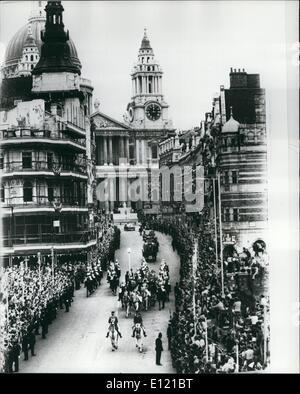7. Juli 1981 - The Royal Hochzeit Prozession von St. Pauls: der Prinz und Prinzessin von Wales gesehen, wie sie Ldgate krank von Str. Pauls Kathedrale nach der Trauung heute hinunterfahren. Stockfoto